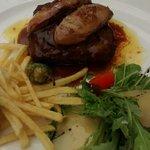 Hamburguesa de buey con foie y patatas paja.
