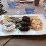 Boulette de bœuf, échalote, persil et pâte grecque avec champignons et sauce Tatziki