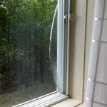 Une vitre fendue dans notre chambre...