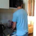 la tête dans le micro ondes pour faire la vaisselle