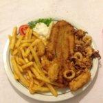 Frittura di pesce con contorno di patatine fritte