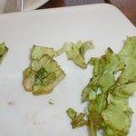 Приглядитесь - листья салата гнилые. И это в сезон.
