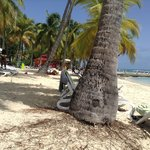 La plage, magnifique, sable blanc, eau turquoise.
