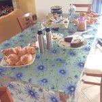 Il tavolo a disposizione per la scelta della colazione.