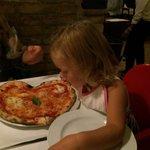 Un'ottima pizza Margherita a forma di cuore