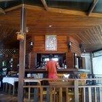 Restaurante y bar, donde sirven el desayuno.