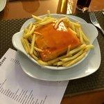 Francesinha com batatas fritas s/ovo