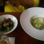 Ravióli com salada.