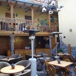 Área de café e recepção do hotel