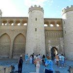 Внешние стены дворца Альхаферия