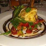 Pollo erborinato cotto in due tempi con datterini gialli e rossi e glassa balsamica.
