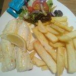 Pesce alla griglia con patatine