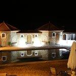 la piscine et ses reflets la nuit