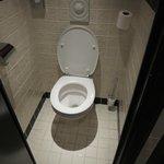 etroitesse des toilettes une fois la porte fermé