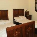 Detalle de habitación de dos camas