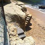 Последние метры лестницы к пляжу
