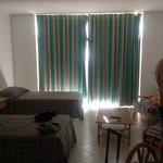habitacion....cortina rota y mobiliario de los 70 :-(