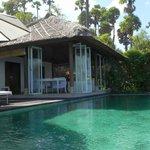 Blick vom eigenen Pool zum Wohnbereich
