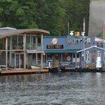 Maisons et commerces flottants