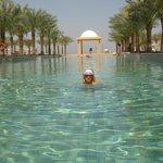 бассейн на пляже Hilton
