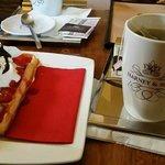 Čerstvé vafle s čerstvými jahodami a domácí čerstvou šlehačkou. Luxusní.