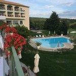 Zicht op zwembad vanuit terras restaurant