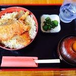 鮭カツ丼 サクサクした鮭のカツにキャベツが敷いてある、なかなかユニークな丼です。