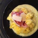 Raviole de jambon cru, parmesan avec sauce pistou