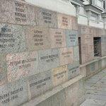 Le mura esterne con i nomi dei giovanissimi trucidati