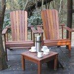 's morgens staat er een kan heet water klaar op je eigen terras, zodat je koffie/thee kunt maken
