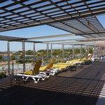 La piscine en terrasse et la vue sur le cap