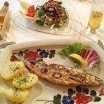 ハルシュタット湖で採れた魚とサラダ