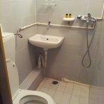 Il bagno di una stanza da €58 a notte..