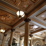 Plafond du lobby avec le sceau des États