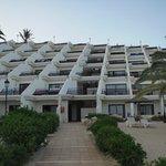 Blick auf das Hotel von Strandseite