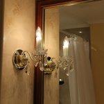 Красивые бра в ванной комнате