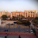 Vue de notre balcon ( vue cote ville et terrain de tennis )