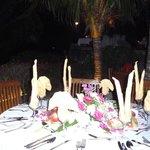 un repas entre amls sur la terrasse du  navigator