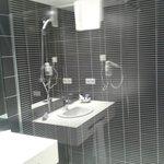 douche avec l'evier en refletds celle-ci