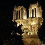 Torres de Notre Dame de noche