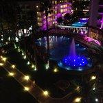 На ночь в бассейне включали фонтан