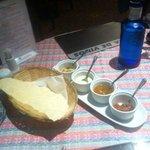 pan tipico con 4 salsas (mango, menta, picante y verduras picadas)