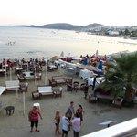 Şezlongları toplanmış otel plajı: A-La Carte para kazansın diye konulan masalar.