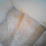 privo di ascensore con gradini in segato di marmo vecchi e sporchi