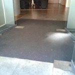 der Teppich, wenn man das Hotel betritt - 1. Eindruck des Hotels, der sich leider bewahrheitet