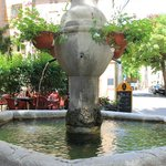 la fontaine au centre de la terrasse