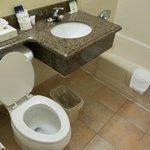 Salle de bain propre et spacieuse