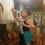 Min sønn var så heldig å få ta på krabben.