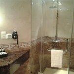 Baño (ducha) hay bañera también
