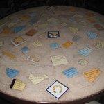 Ésta mesa es muy original, está decorada con frases célebres.